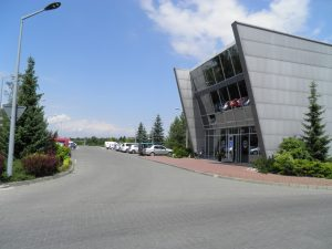 Siedziba firmy TP-KOM, wjazd